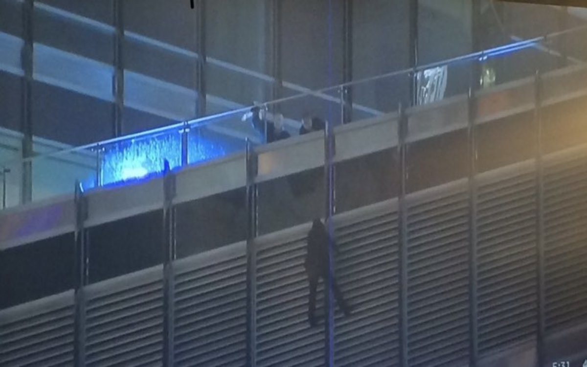 Video Man hanging on Trump Tower 13 hours